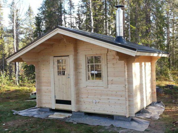 Bastustuga 10 framsida med ytterdörr och fönster