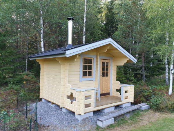 Bastustuga 6 framsida med ytterdörr och fönster
