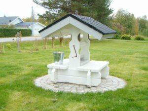 Prydnadsbrunn med shingel i taket
